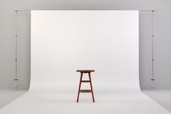 o estúdio 3d setup com cadeira de madeira e fundo branco Imagem de Stock Royalty Free