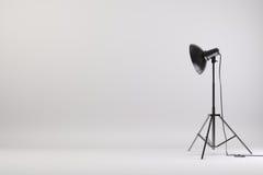o estúdio 3d setup com luzes e fundo branco Fotografia de Stock Royalty Free
