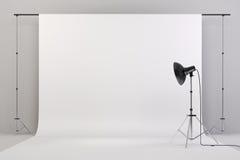 o estúdio 3d setup com luzes e fundo branco Fotos de Stock Royalty Free