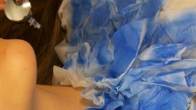 O estúdio da forma, o modelo está preparando-se para a mostra A menina adolescente encontra-se em um sofá especial, desenhista pr filme