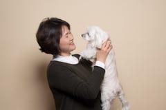 o estúdio de meia idade da mulher e do cão de 50 ` s disparou - isolado Imagens de Stock