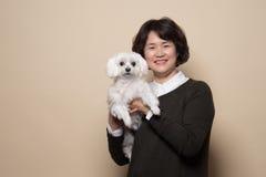 o estúdio de meia idade da mulher e do cão de 50 ` s disparou - isolado Fotografia de Stock