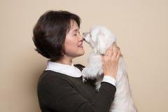 o estúdio de meia idade da mulher e do cão de 50 ` s disparou - isolado Imagens de Stock Royalty Free
