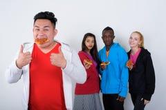 O estúdio disparou da fatia de pizza antropófaga asiática nova feliz quando fotografia de stock