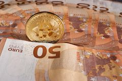 O estúdio disparou da moeda dourada física do bitcoin em 50 euro- cédulas das contas Bitcoin é uma moeda cripto do blockchain Imagens de Stock