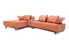 O estúdio disparou de um sofá de couro marrom luxuoso Fotos de Stock