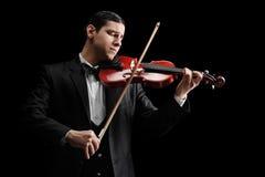 O estúdio disparou de um violinista clássico que joga um violino imagem de stock