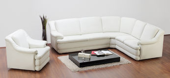 O estúdio disparou de uma mobília, de um sofá e de uma cadeira brancos Fotografia de Stock Royalty Free