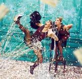 O estúdio disparou do grupo de duas fêmeas de dançarinos retros Imagem de Stock Royalty Free