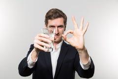 O estúdio disparou do homem de negócios com em glas da água gasosa Fotografia de Stock