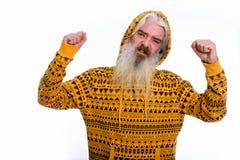 O estúdio disparou do hoodie vestindo do homem farpado superior ao dobrar b imagem de stock royalty free