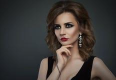 O estúdio 'sexy' da mulher da forma nova da beleza disparou em um backgroun escuro Imagem de Stock