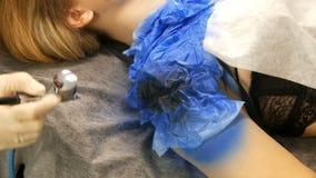 O est?dio da forma, o modelo est? preparando-se para a mostra A menina adolescente encontra-se em um sof? especial, desenhista pr vídeos de arquivo