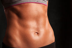 O estômago de uma mulher atrativa do ajuste Imagem de Stock