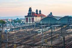 O estação de caminhos-de-ferro principal de Praga no amanhecer Imagens de Stock