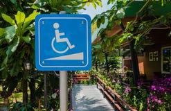 O estacionamento branco e azul do carro do símbolo da desvantagem de desabilitou, lugares de estacionamento especiais para a inut Imagem de Stock Royalty Free
