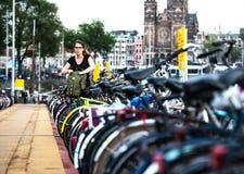 O estacionamento o mais grande da bicicleta no mundo, em Amsterdão Fotografia de Stock Royalty Free