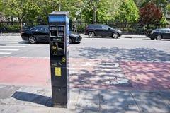 O estacionamento mede na segunda avenida em NYC fotografia de stock