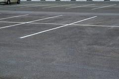 O estacionamento para em um parque de estacionamento imagens de stock