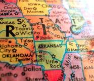 O estado de Arkansas EUA focaliza o tiro macro no mapa do globo para blogues do curso, meios sociais, bandeiras da Web e fundos fotografia de stock royalty free