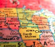 O estado de Iowa EUA focaliza o tiro macro no mapa do globo para blogues do curso, meios sociais, bandeiras da Web e fundos fotografia de stock