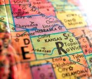 O estado de Kansas EUA focaliza o tiro macro no mapa do globo para blogues do curso, meios sociais, bandeiras da Web e fundos fotos de stock