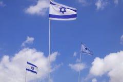 O estado israelita e as bandeiras israelitas da força aérea que acenam no fundo do céu azul imagem de stock
