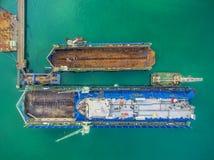 O estaleiro da vista aérea tem a máquina do guindaste e o navio de recipiente na GR Imagem de Stock