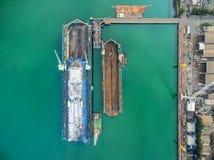 O estaleiro da vista aérea tem a máquina do guindaste e o navio de recipiente na GR Imagens de Stock Royalty Free