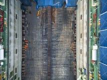 O estaleiro da vista aérea tem a máquina do guindaste e o navio de recipiente na GR Foto de Stock