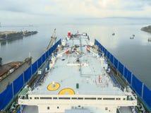 O estaleiro da vista aérea tem a máquina do guindaste e o navio de recipiente na GR Fotos de Stock