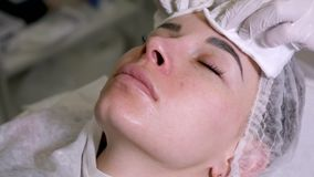 O esteticista do doutor remove o líquido da pele vídeos de arquivo