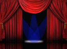 O estágio do teatro de veludo drapeja cortinas com ponto azul Fotos de Stock Royalty Free