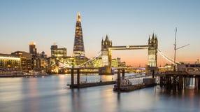 O estilhaço e a ponte na noite, Londres da torre Imagem de Stock Royalty Free