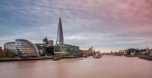 O estilhaço, skyline de Londres no por do sol foto de stock royalty free