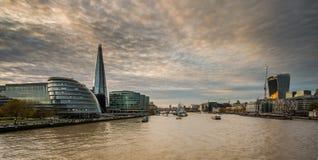 O estilhaço, skyline de Londres no por do sol imagens de stock