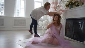 O estilista de bastidores do processo obtém o modelo pronto para disparar filme