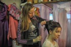 O estilista faz o modelo do cabelo Fotos de Stock