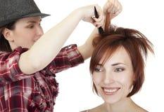 O estilista faz o penteado. fotos de stock