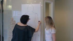 O estilista home mostra a figura características para o esboço do desenho do cliente vídeos de arquivo