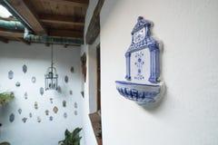 O estilo andaluz telhou o pátio completamente de pias ou de bendite da casa foto de stock