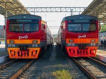 O estilo antigo treina na estação de trem principal no tempo do dia imagem de stock
