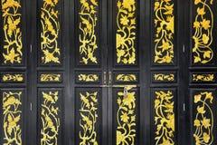 O estilo chin?s de madeira preto do vintage cinzelou portas de dobradura imagens de stock