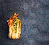 O estilo coreano salgou a couve Kimchi na bandeja da grade foto de stock