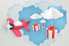 O estilo de papel da arte do coração deu forma à nuvem com voo cor-de-rosa do plano e dispersa a caixa de presente no céu, projet fotos de stock royalty free