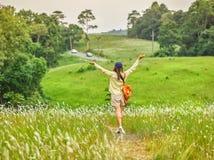 O estilo de vida bonito da jovem mulher com forma relaxa o desgaste no campo fotos de stock royalty free
