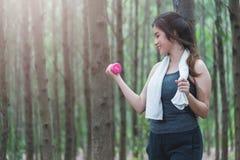 O estilo de vida da menina da jovem mulher do esporte relaxa guardando o peso da aptidão imagem de stock