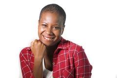 O estilo de vida isolou o retrato de gesticular afro-americano preto atrativo e natural novo da mulher feliz no punho do sucesso  imagem de stock