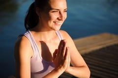 O estilo de vida saudável da mulher equilibrou praticar medita e a ioga da energia na ponte na manhã a natureza Saudável imagem de stock royalty free