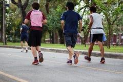 O estilo de vida saudável ostenta os povos que correm na aptidão e na saudável Imagens de Stock Royalty Free